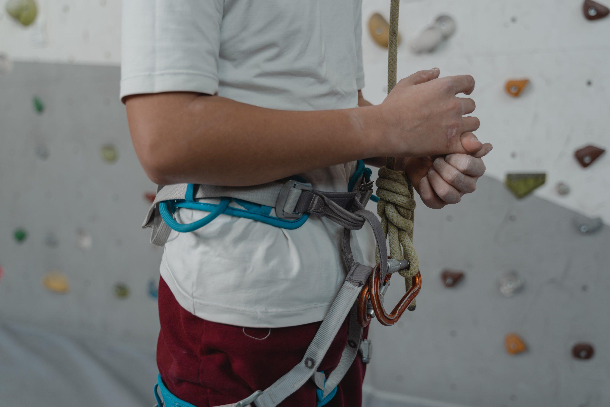 chico preparandose para escalar