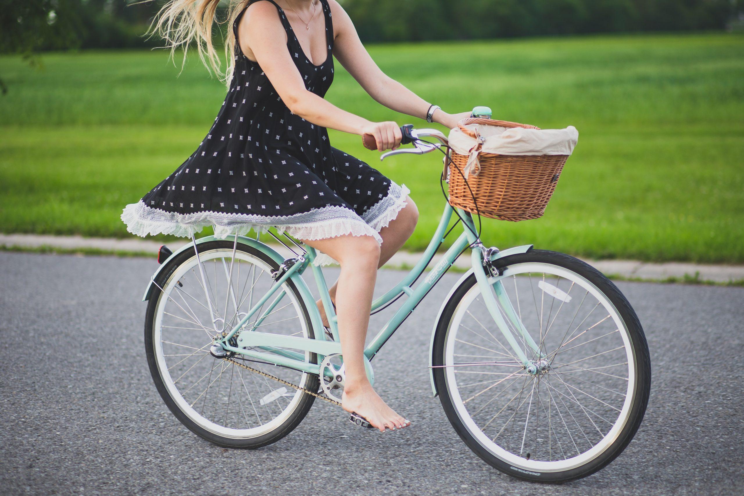 chica andando en bicicleta
