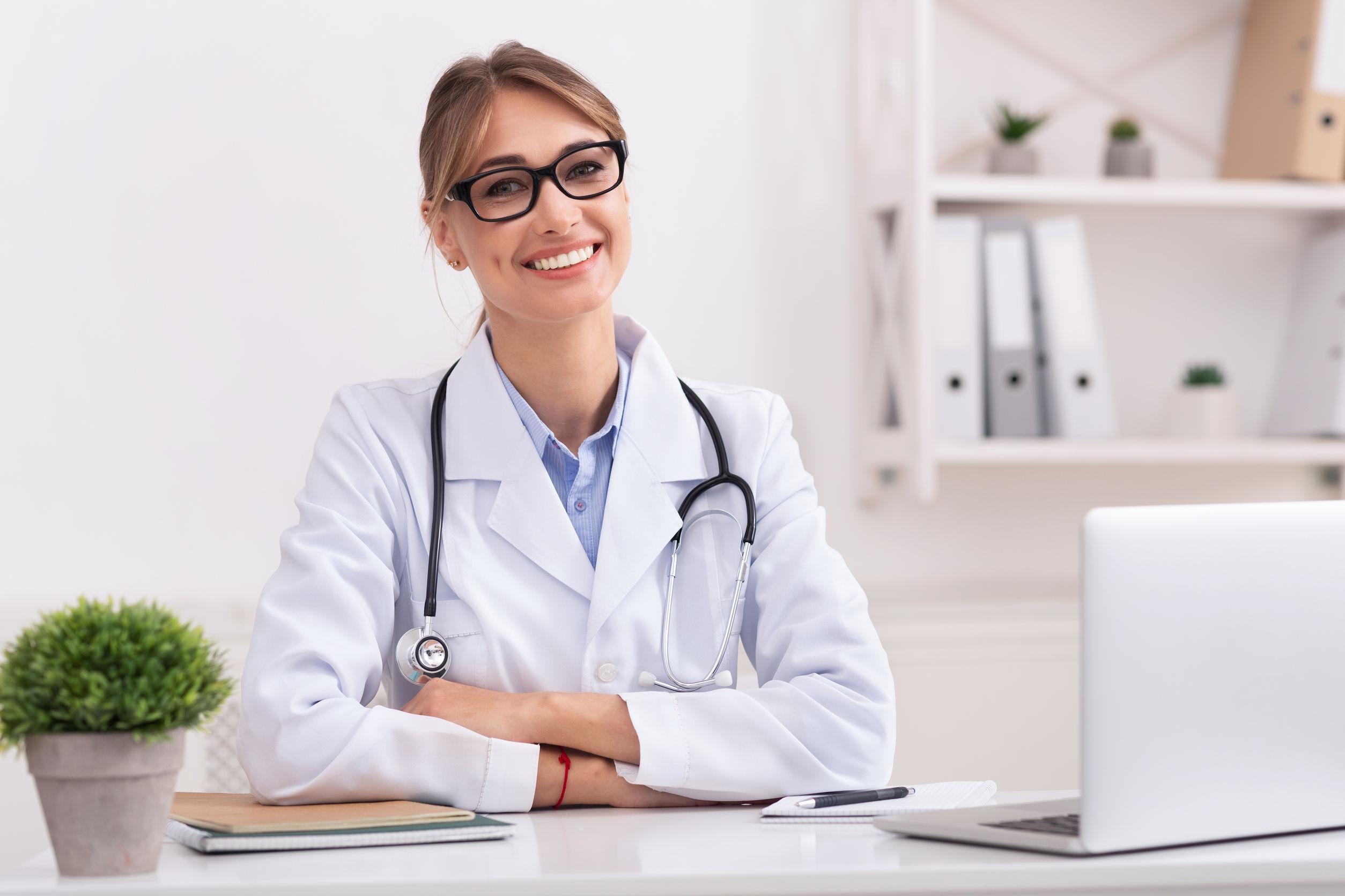 Mujer medico sonriendo