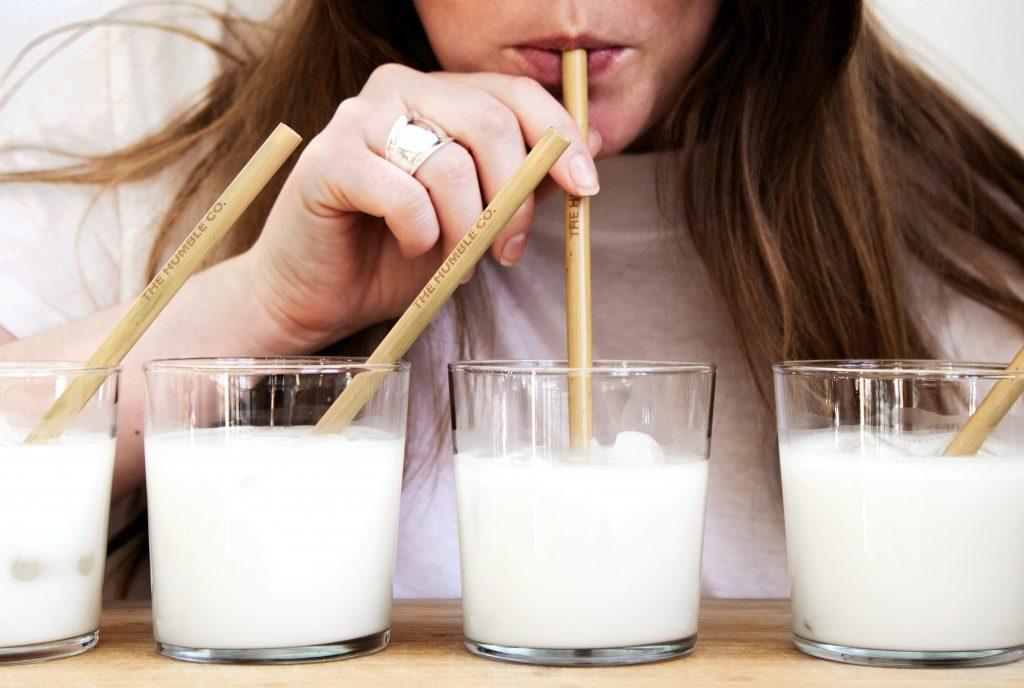 chica tomando leche