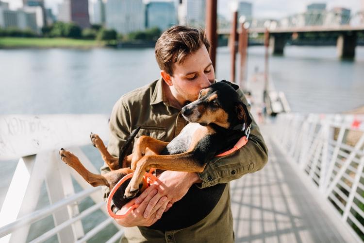 chico con perrito