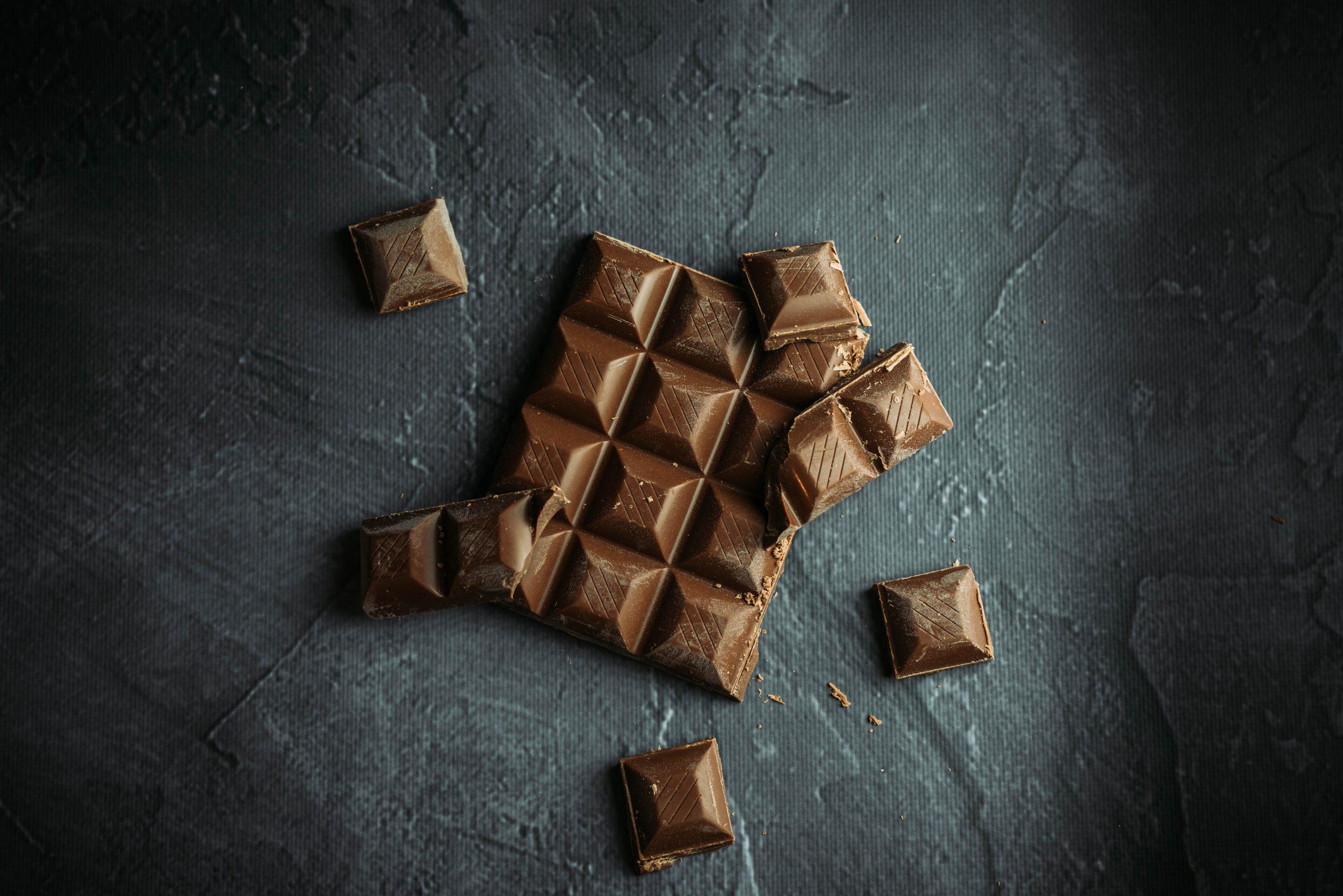 Barra de chocolate sobre fondo oscuro