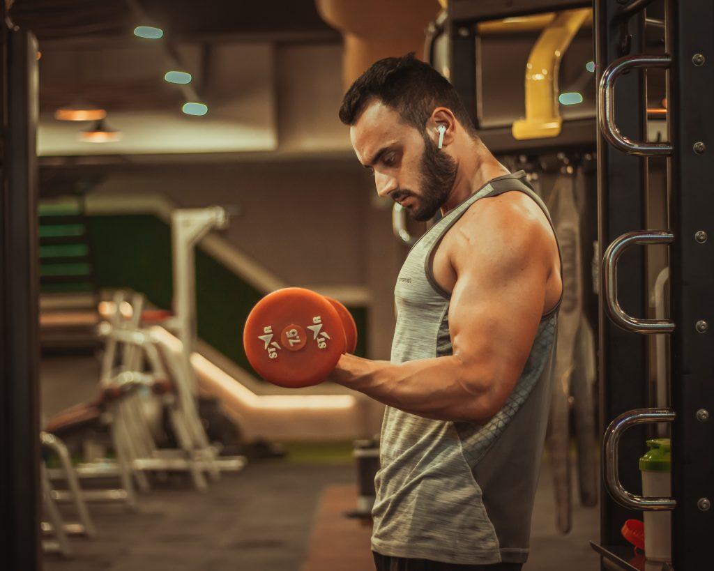 Hombre musculoso en gimnasio