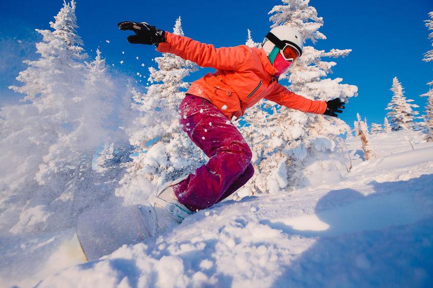 chica haciendo snowboard