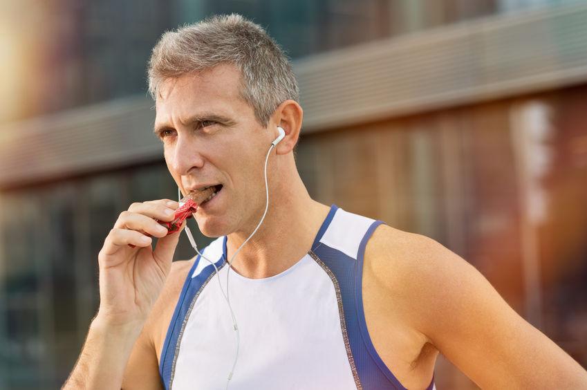 hombre comiendo barritas energéticas luego de entrenar