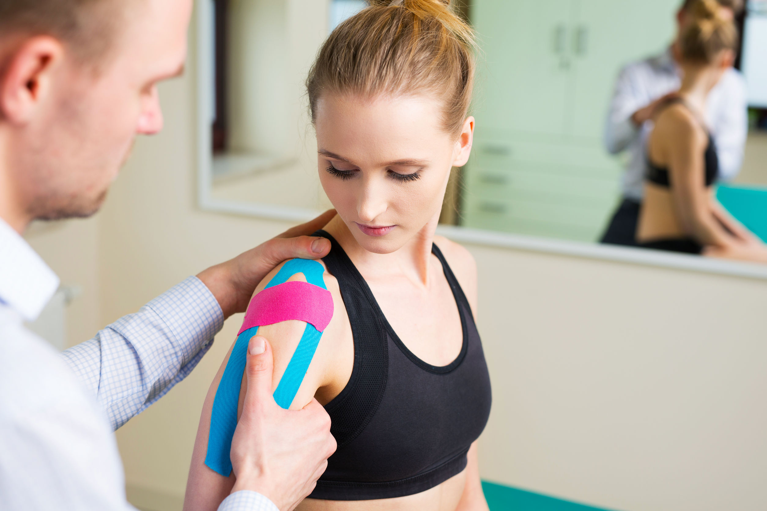 Mujer que tiene terapia física del hombro con el enemigo