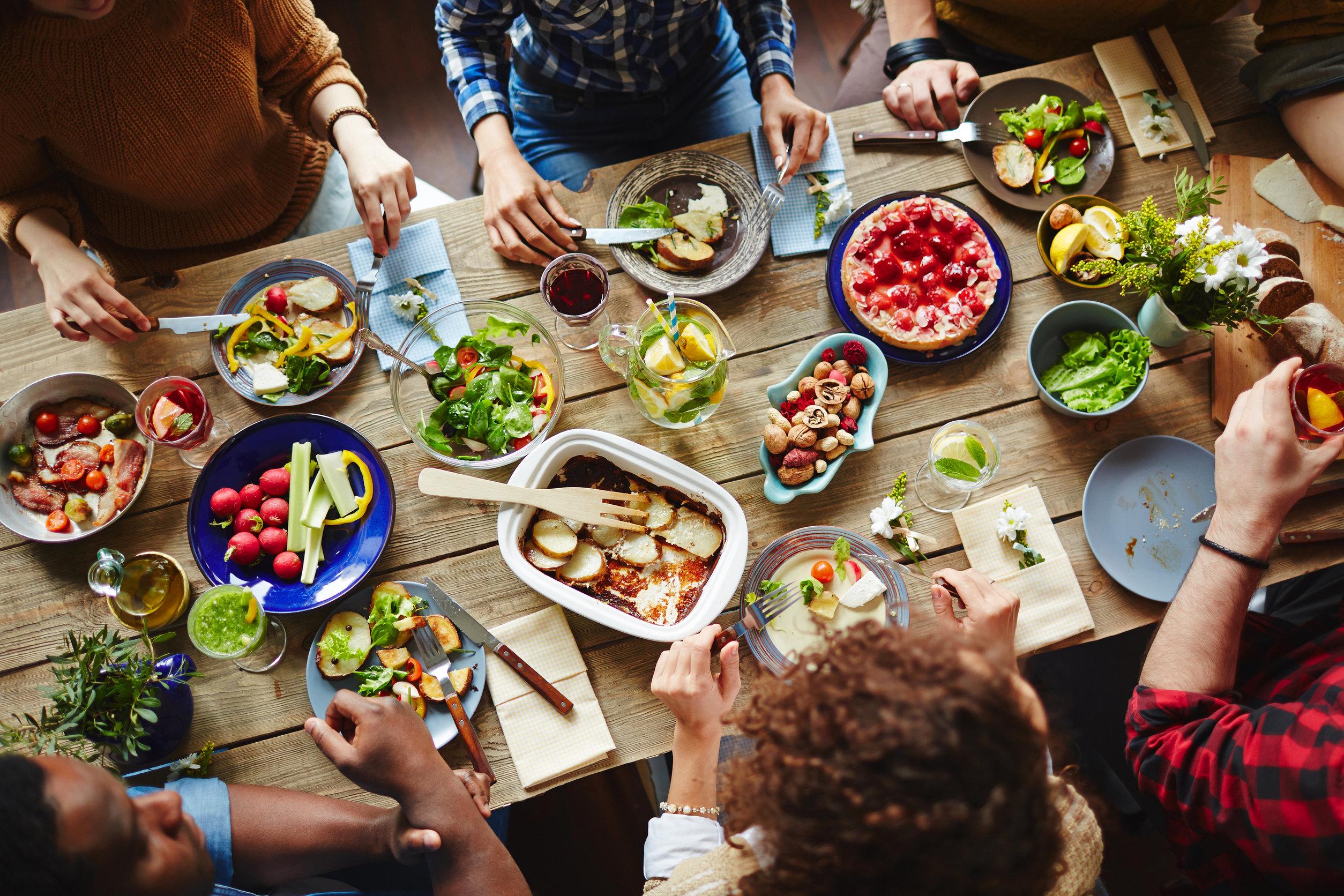 Personas comiendo en mesa
