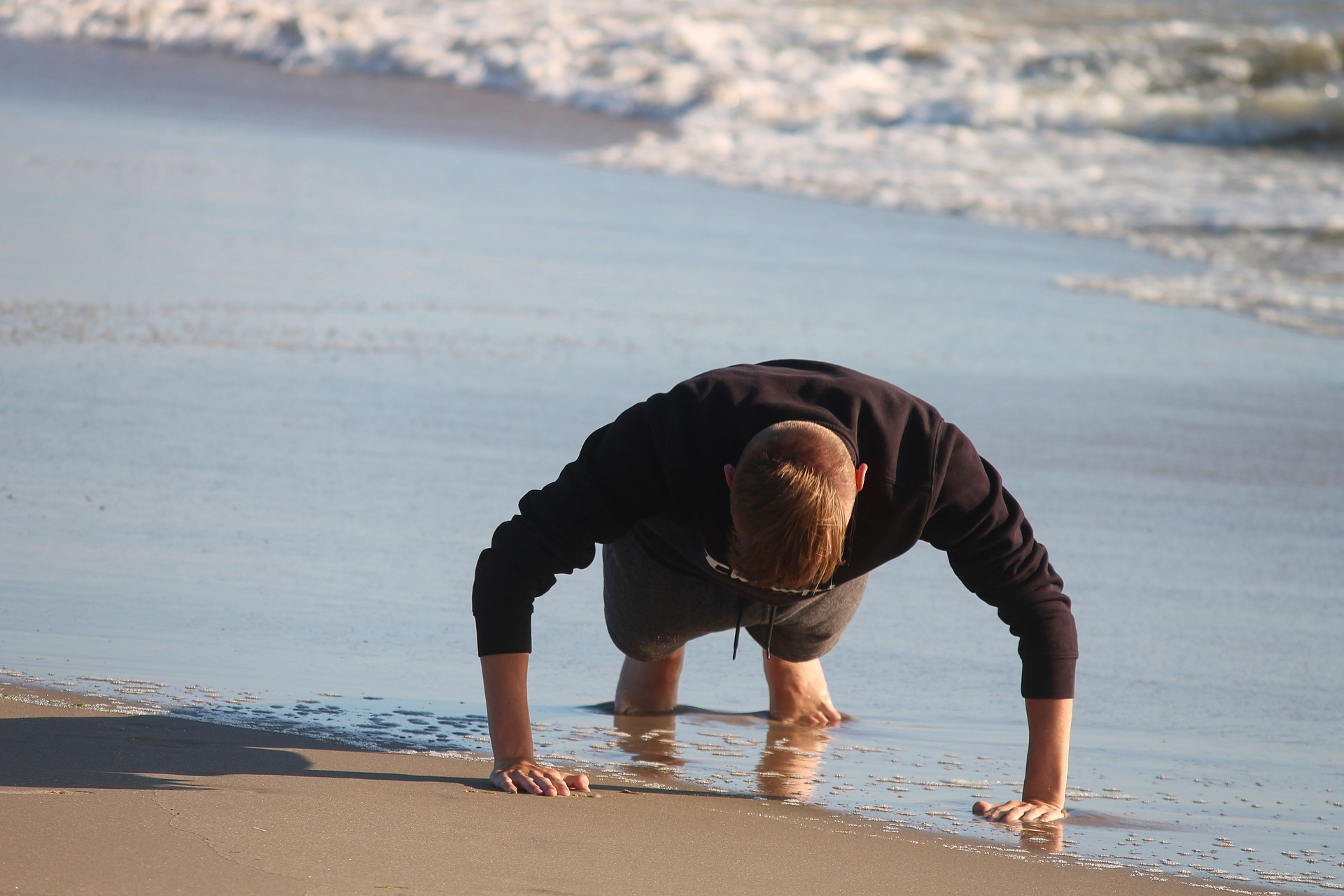 chico haciendo pushups