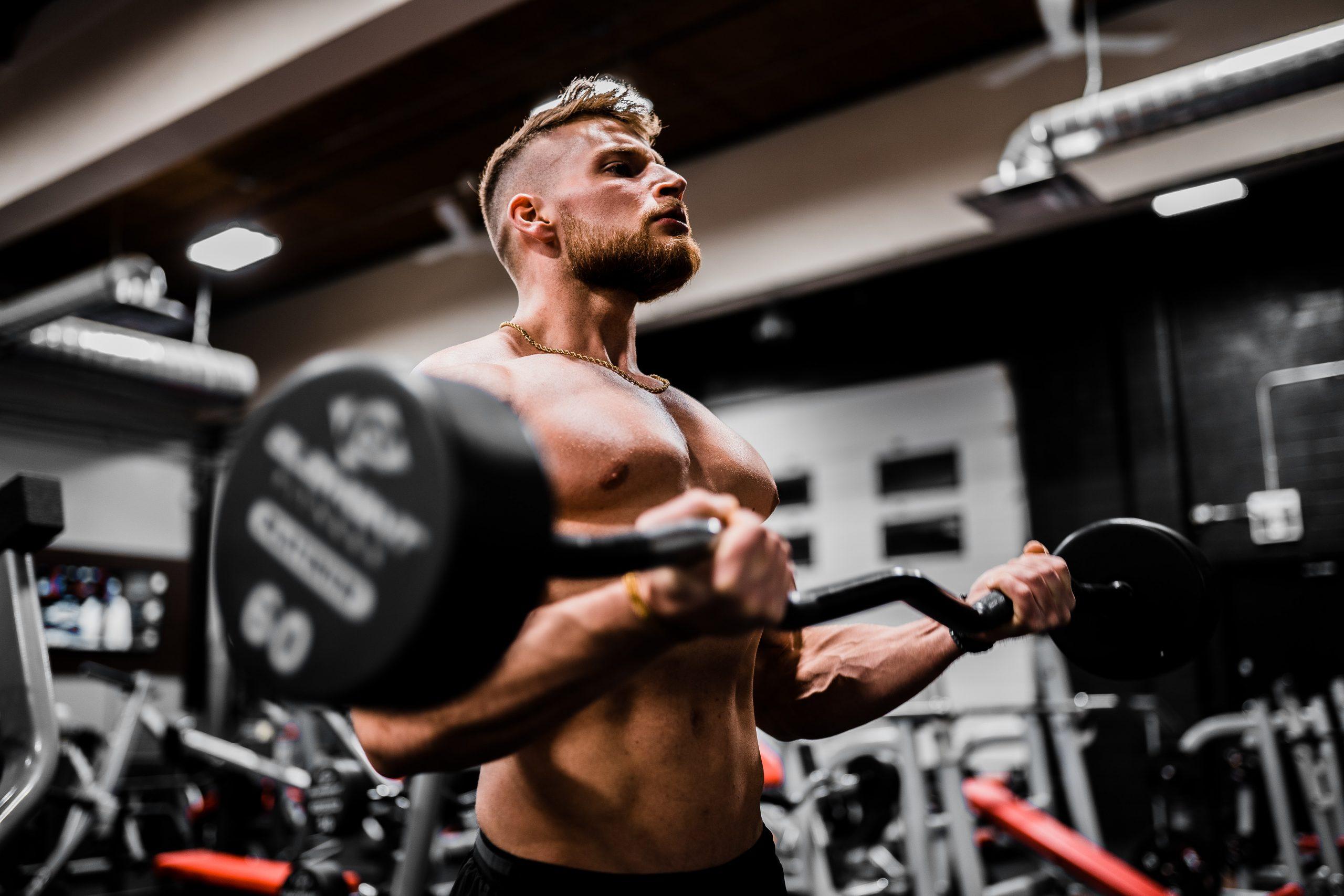 Hombre levantando pesas en gimnasio