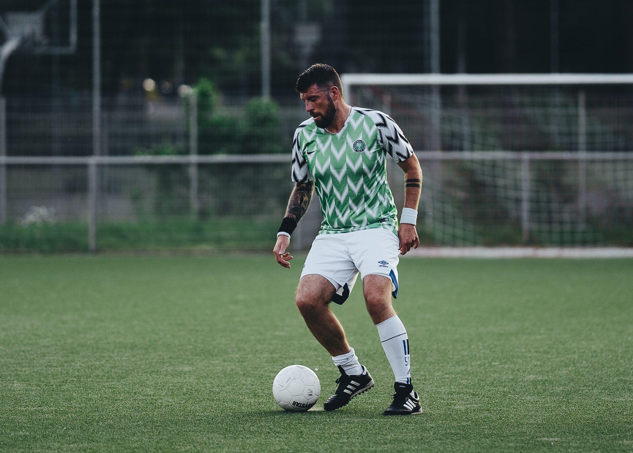 futbolista de calentamiento