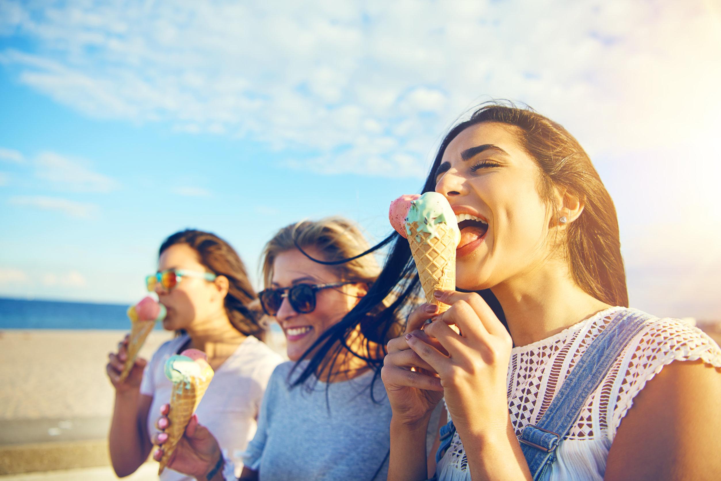Mujeres comiendo helado