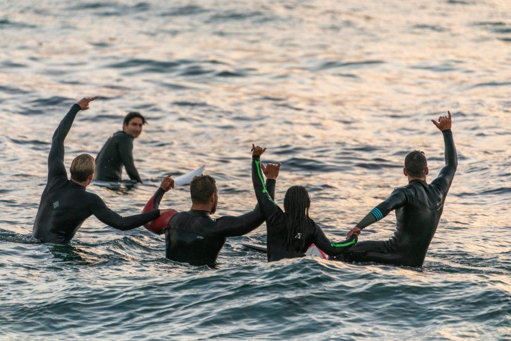 Grupo de nadadores con traje de neopreno