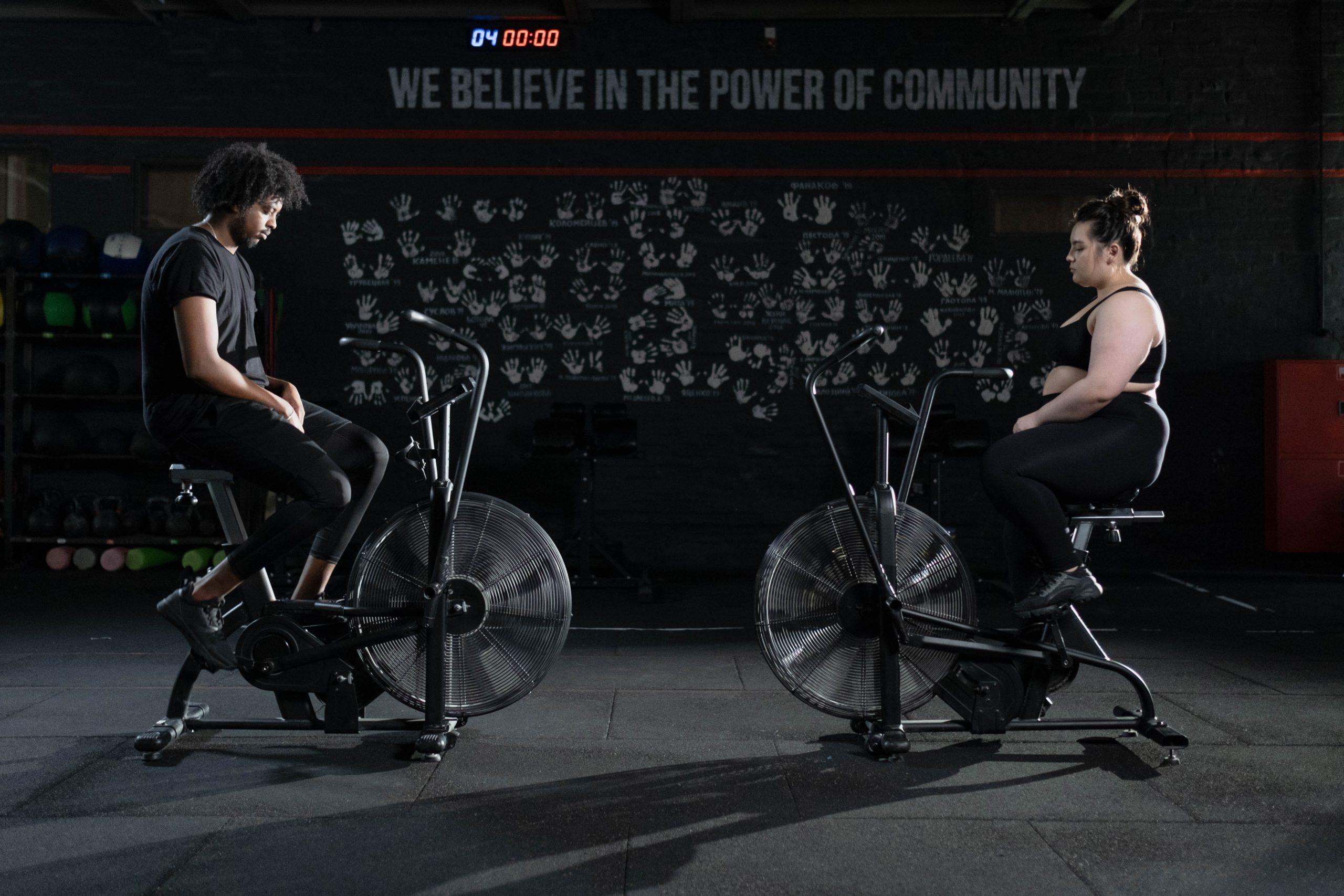 Dos personas en bicicleta estacionaria
