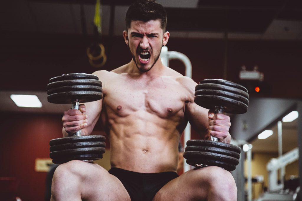 Press de banca-hombre levantando pesas