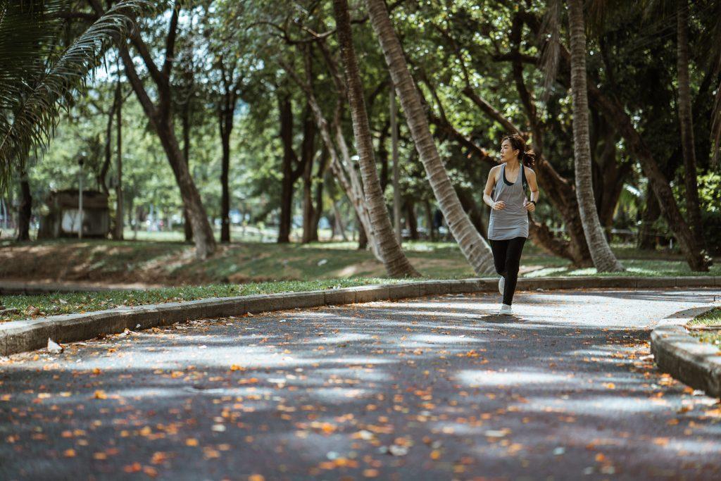 Mujer corriendo en el parque