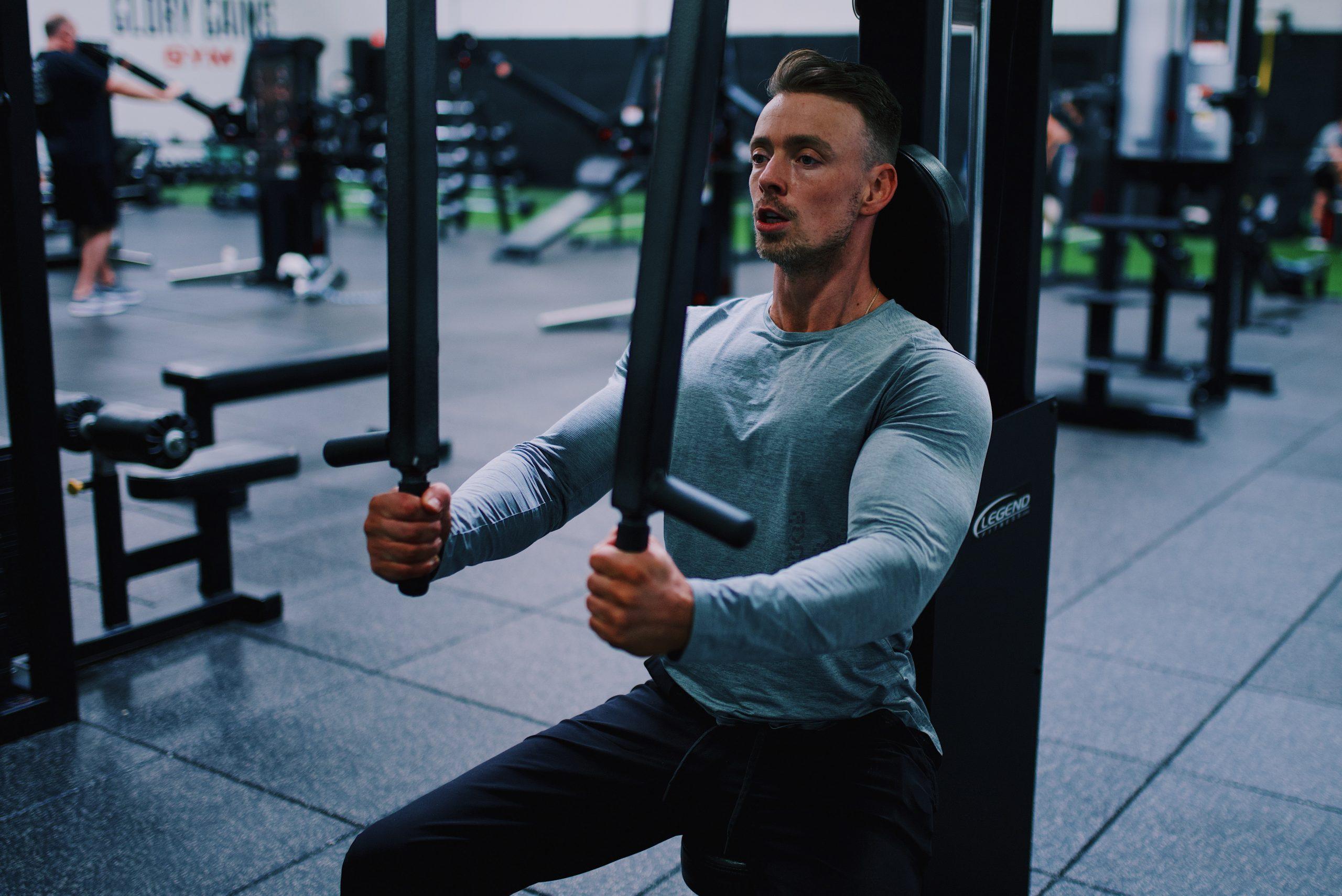 Hombre en gimnasio ejercitandose