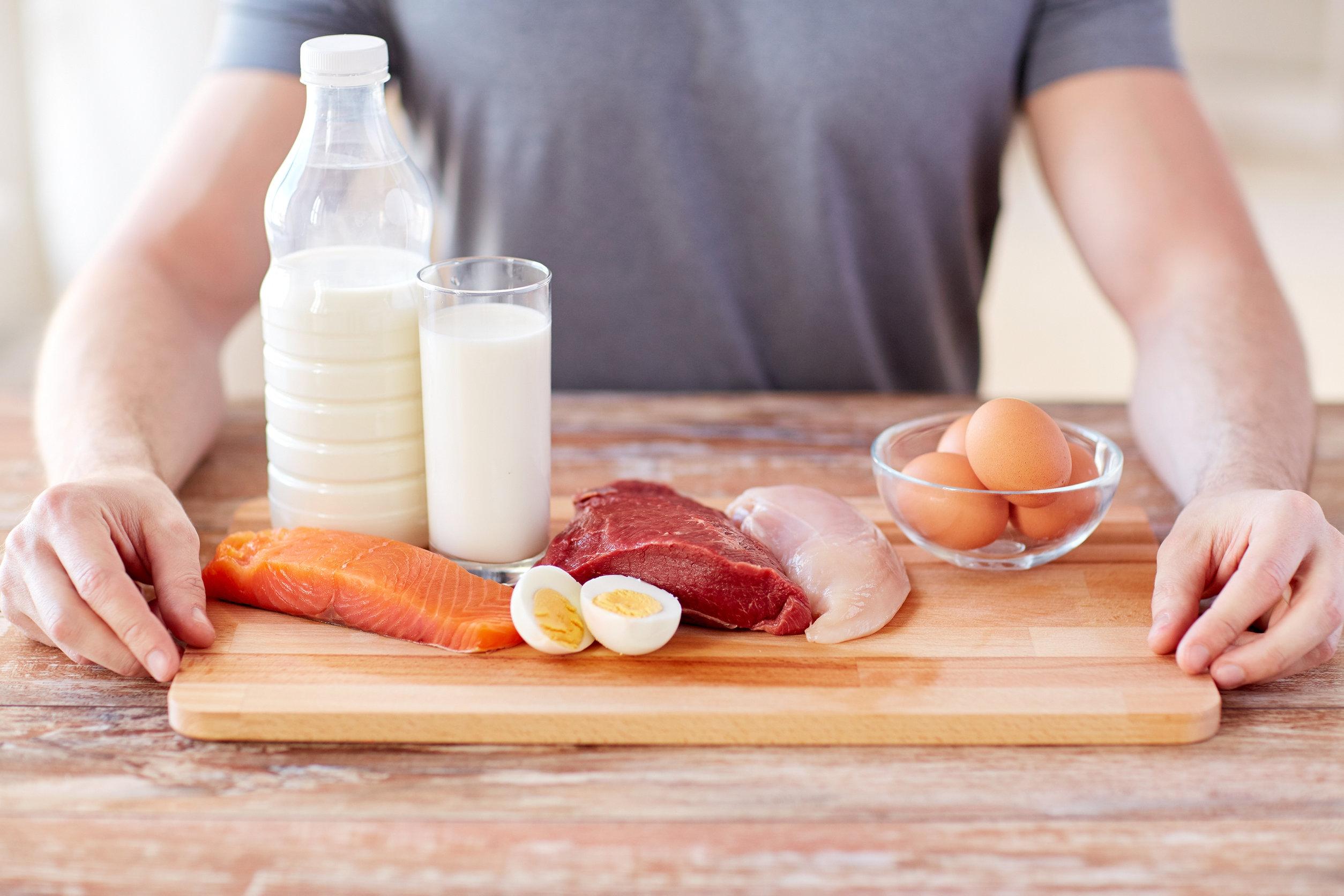 Imagen de grupo de alimentos saludables sobre mesa de madera