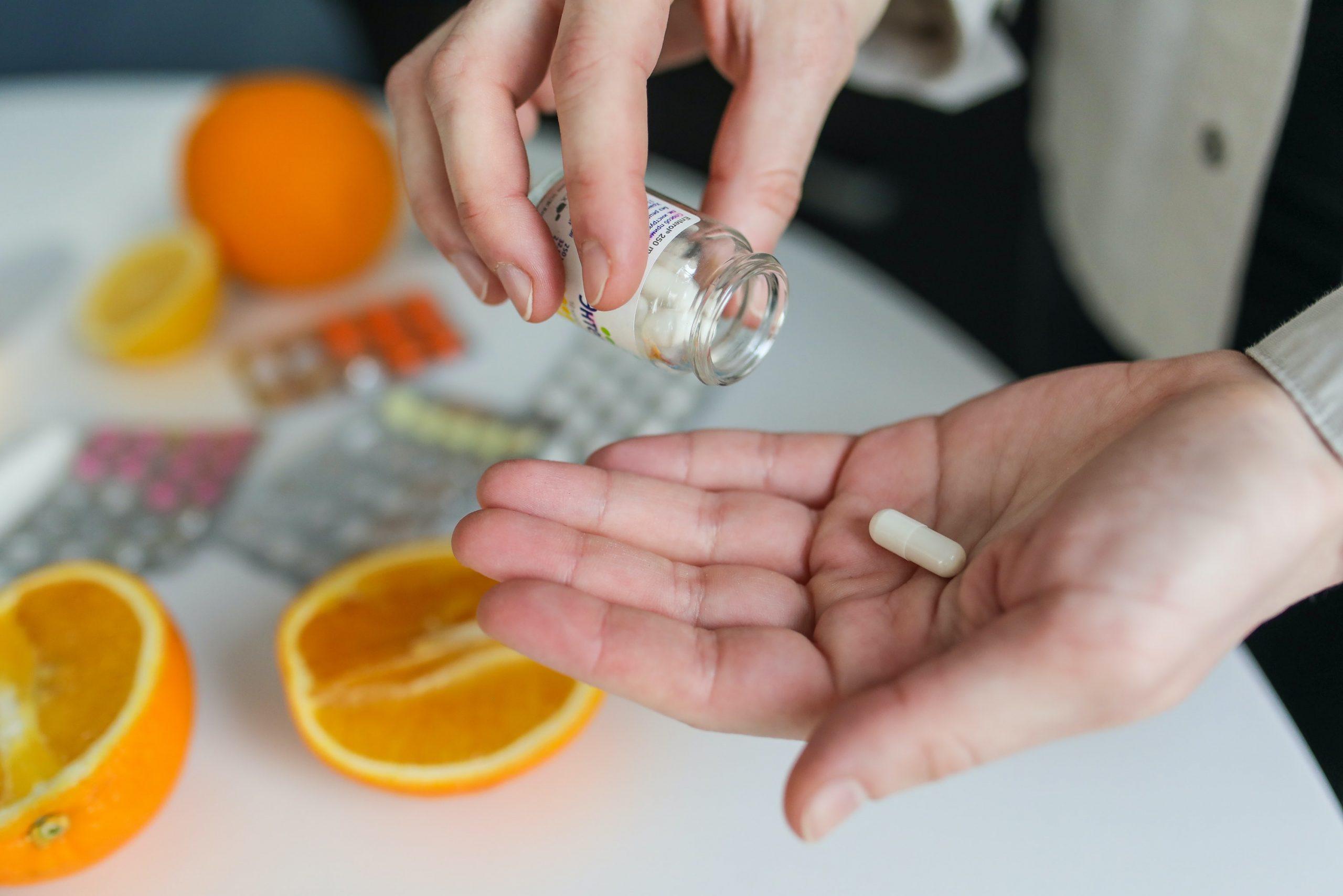 chica pasando pastillas